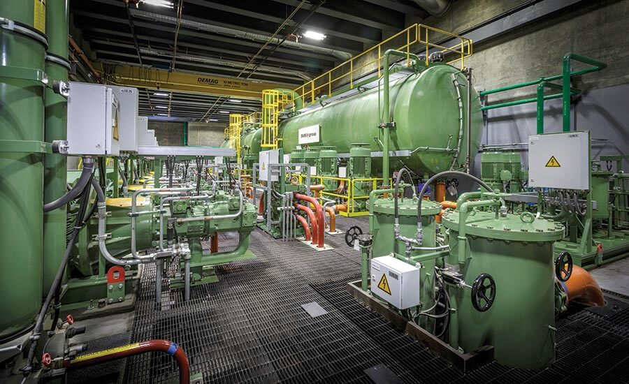 Насосное помещение содержит два больших резервуара с гидравлической жидкостью. Жидкость доставляется по требованию во время работы пресса многочисленными выровненными насосами в комнате